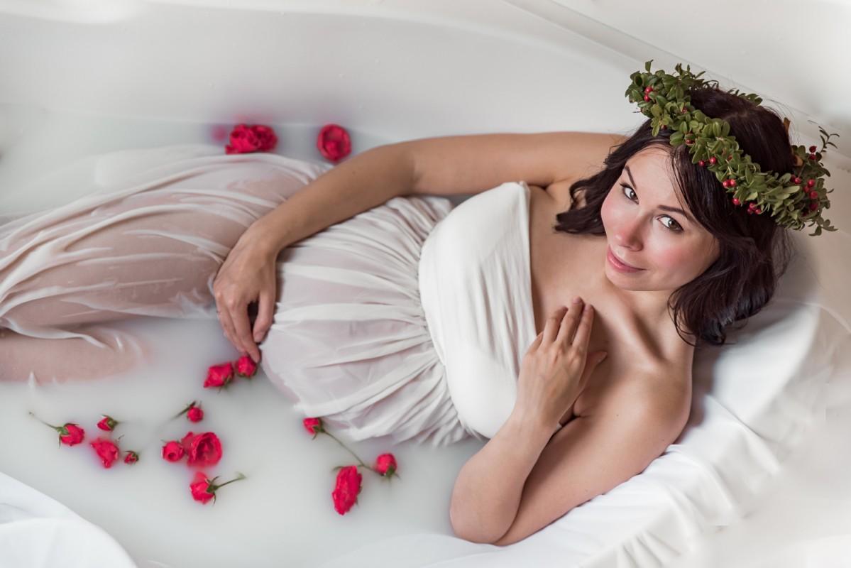 Gaidību Fotosesija Piena Vannā Ziedu Dāvana Apsveikums Grūtniece Mežģīņu