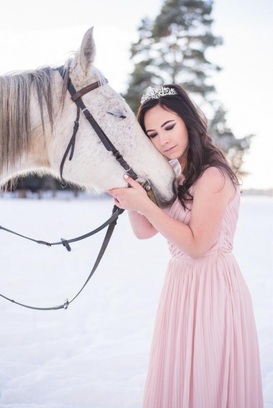 Ziema Sniegs Interesanta Ideja Fotosesijai Dāvanai Draudzenei Ziemassvētkos Zirgu