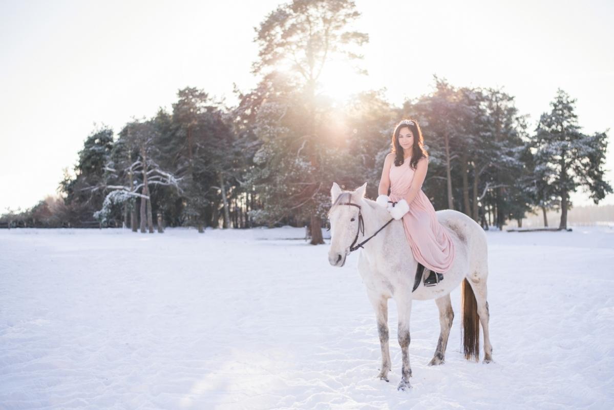 Ziema Sniegs Interesanta Ideja Fotosesijai Dāvanai Sievai Zirgiem